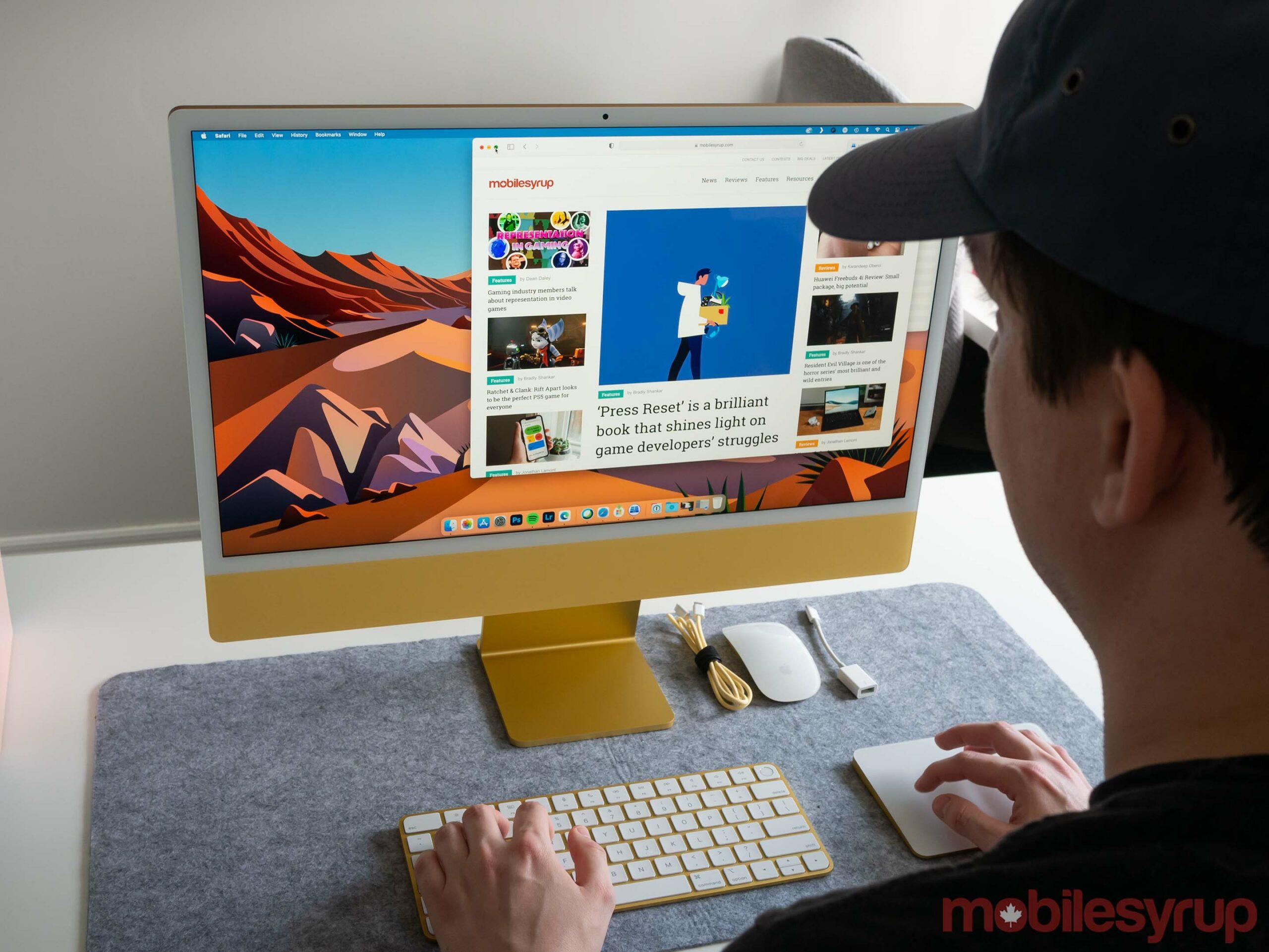 24-inch iMac 2021 sitting